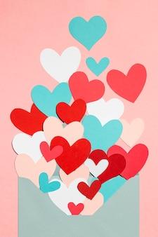 Bella composizione d'amore sul rosa