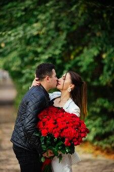 Belle coppie amorose che trascorrono insieme tempo nel parco. celebrazione di san valentino