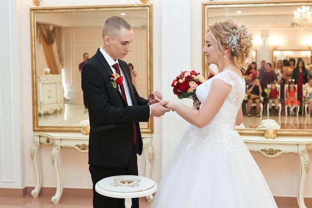 La bella coppia di sposi innamorati registra un matrimonio e cammina lungo la bellissima passeggiata. felicità e amore negli occhi di uomini e donne. russia, sverdlovsk, 15 giugno 2019