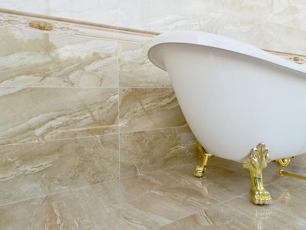 Vasca da bagno vuota d'epoca di lusso bella.