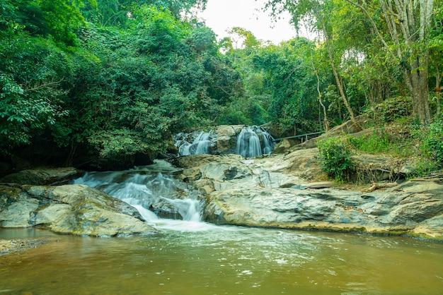 Bella cascata di mae sa a chiang mai, thailandia