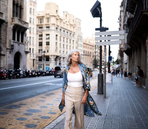 Bella donna matura che trascorre del tempo in giro per la città