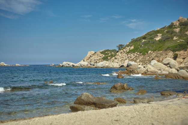 Bellissima spiaggia mediterranea tipica della costa del sud sardegna rilevata in estate