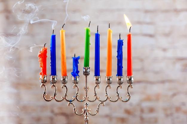 Bella menorah con candele accese su sfondo sfocato luce concetto di hanukkah festa ebraica m...