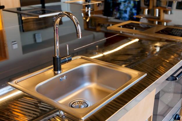 Bellissimo lavandino mettalico in una cucina moderna
