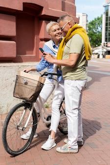 Bella coppia di mezza età che ha un appuntamento in una giornata di sole