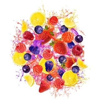 Bella frutta mista che spruzza isolato