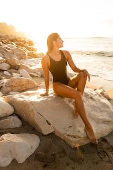 Bellissima modella in posa in spiaggia