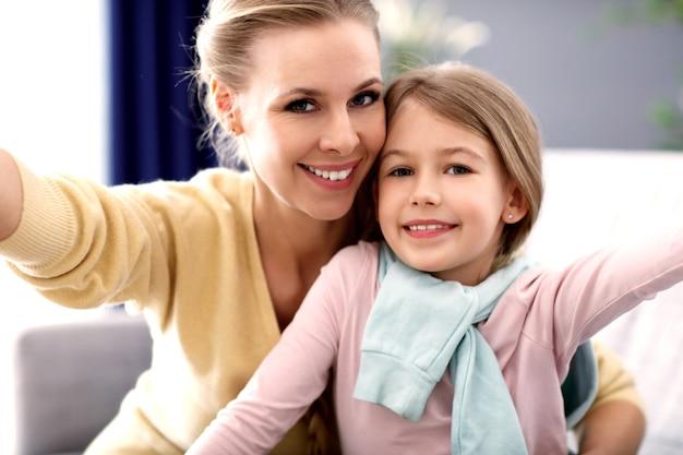 Bella mamma e sua figlia si divertono a casa
