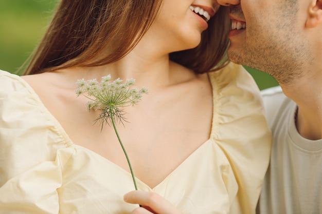 Bei momenti per esprimere amore e tenerezza l'un l'altro nella natura. felicità e serenità. ricreazione all'aperto. giusto stile di vita. relazione felice. prendersi cura l'uno dell'altro.