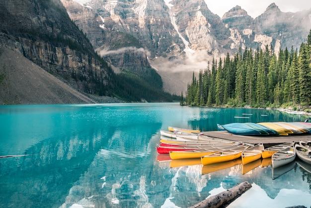 Bello lago morena nel parco nazionale di banff, alberta, canada Foto Premium