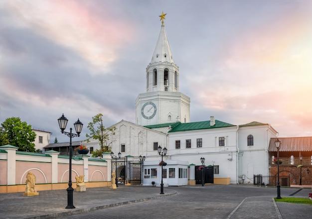 Bel cielo mattutino sopra la torre spassky del cremlino di kazan
