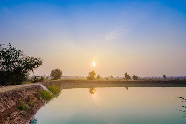 Bella luce del sole mattutino presso la diga
