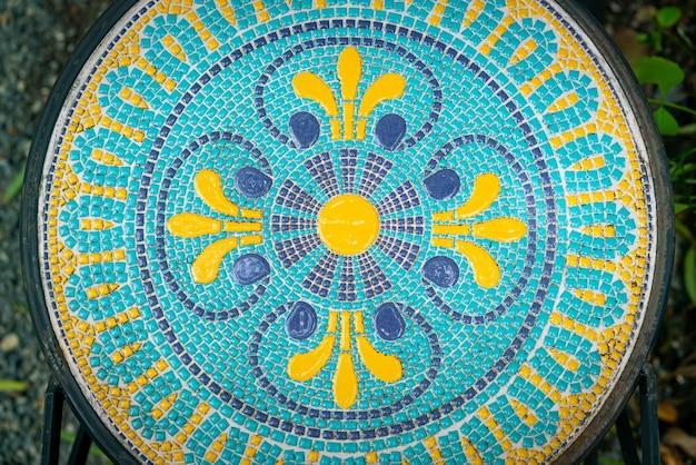 Bella decorazione a mosaico su tavola circolare