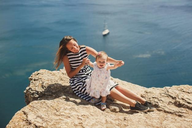 Bella madre e figlia sulla montagna