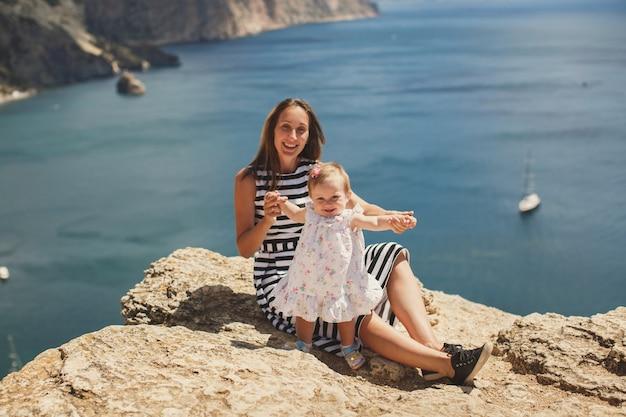 Bella madre e figlia in montagna