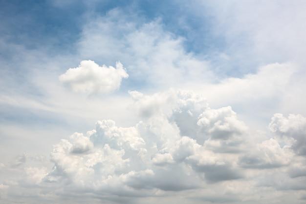 Bella forma di nuvola di sfocatura di movimento sul cielo blu