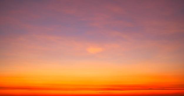 Bella sfocatura del movimento al tramonto o all'alba a lunga esposizione con nuvole drammatiche nell'isola tropicale di phuket incredibile luce della natura del cielo sfocato della natura.
