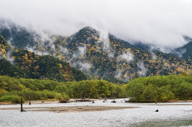 Bella montagna in foglia d'autunno con fiume, kamikochi, parco nazionale delle alpi del nord del giappone prefettura di nagano, in giappone.