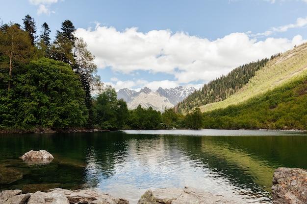 Bellissimo lago di montagna, laghi baduk