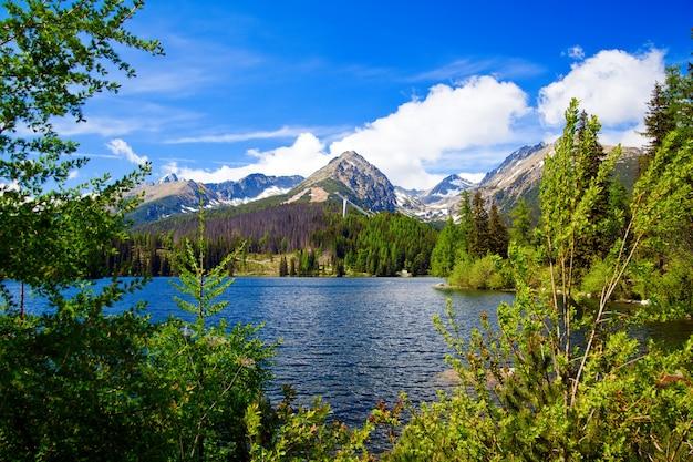 Bellissimo lago di montagna strbske pleso in slovacchia