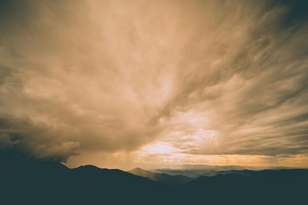 Il bellissimo paesaggio di montagna sullo sfondo della nuvola