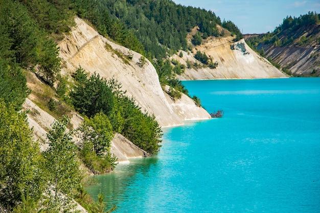 Bellissimo paesaggio di montagna - un lago con insolite acque turchesi nel cratere.