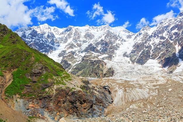Bellissimo paesaggio di montagna di svaneti, georgia.