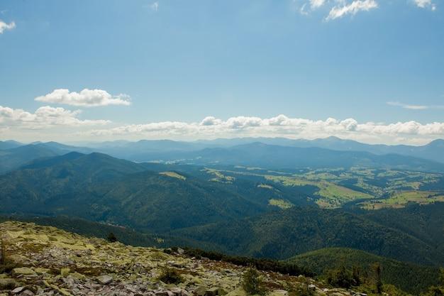 Bellissimo paesaggio di montagna, con vette ricoperte di foreste e un cielo nuvoloso. montagne dell'ucraina, europa.