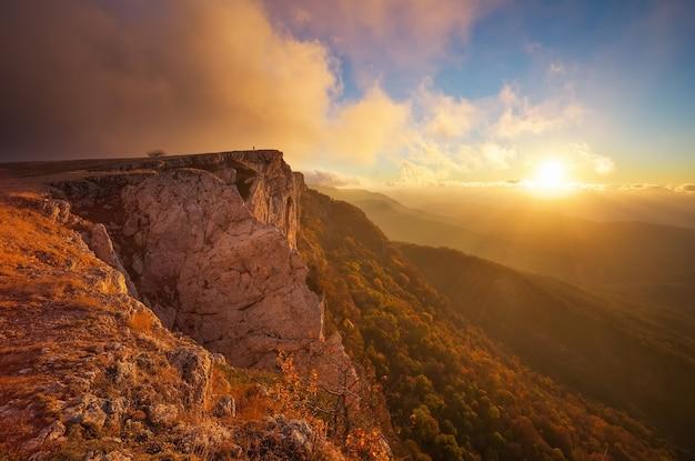 Bellissimo paesaggio di montagna con cielo al tramonto in autunno