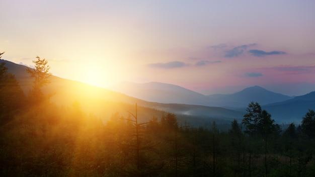 Bellissimo paesaggio di montagna