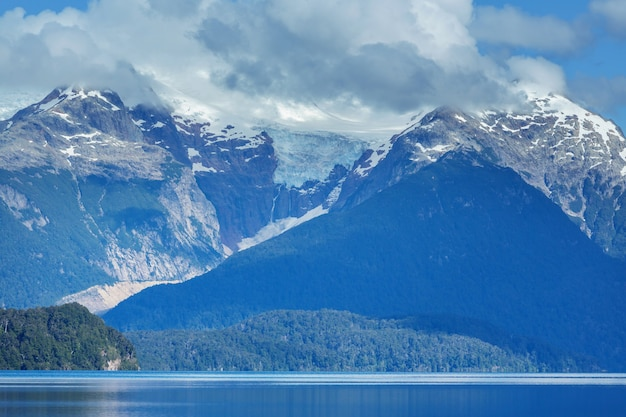 Bellissimi paesaggi di montagna in patagonia. lago delle montagne in argentina, sud america.