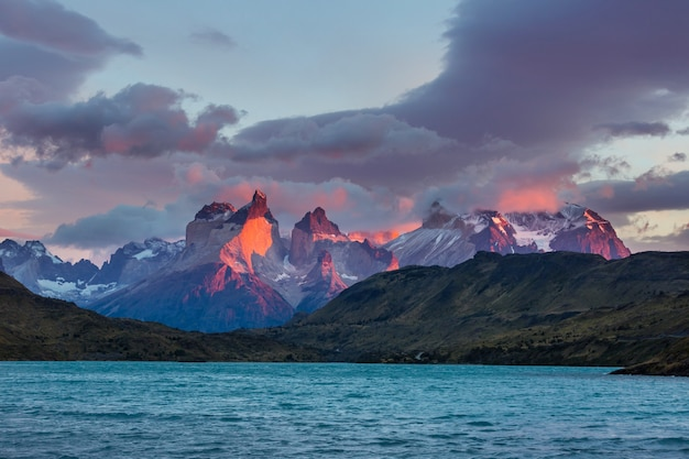 Bellissimi paesaggi di montagna nel parco nazionale torres del paine, cile. regione escursionistica famosa in tutto il mondo.