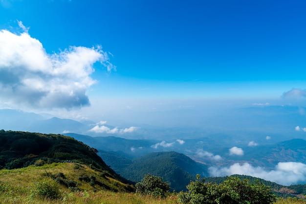 Bella montagna strato con nuvole e cielo blu a kew mae pan nature trail a chiang mai, thailandia