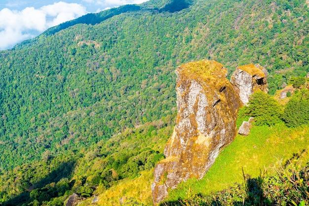 Bellissimo strato di montagna con nuvole e cielo blu a kew mae pan nature trail a chiang mai, thailandia