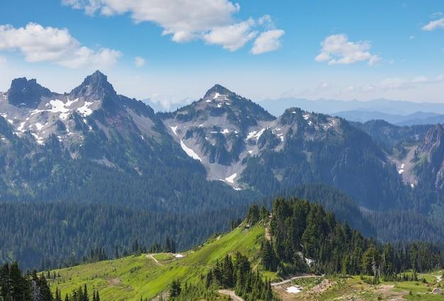 Bellissimo picco di montagna in north cascade range, washington, usa
