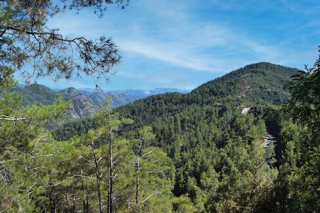 Bellissimo paesaggio di valle di montagna a cipro in una soleggiata giornata estiva