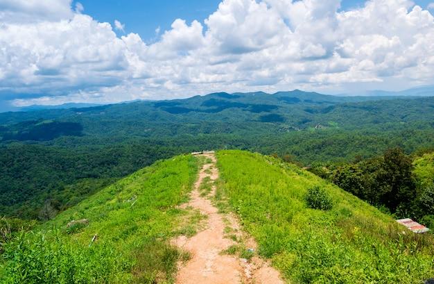 Splendide viste sulle montagne e cielo blu durante la stagione delle piogge