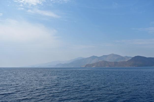 Bellissime montagne sulla costa dell'egeo
