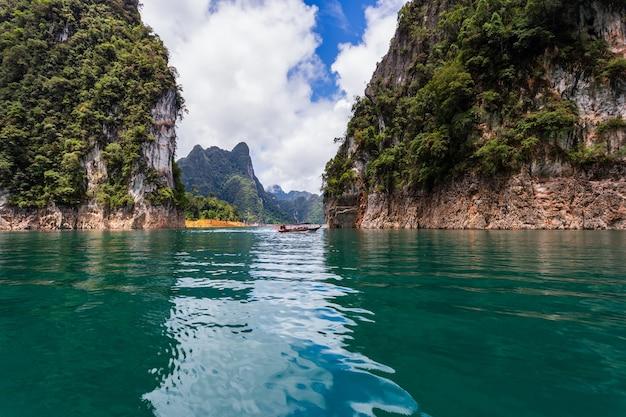 Bellissime montagne lago fiume cielo e attrazioni naturali nella diga di ratchaprapha al parco nazionale di khao sok, provincia di surat thani, thailandia.