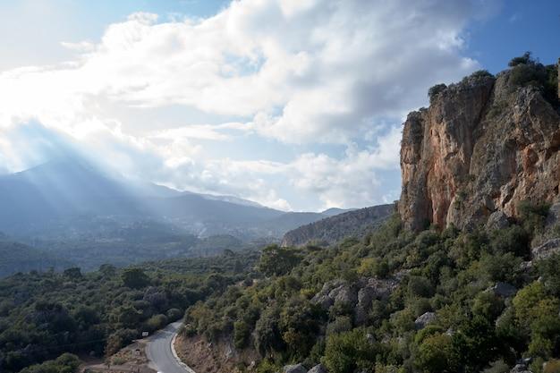 Bellissimo paesaggio di montagne. vista aerea della strada in montagna. sfondo della natura pittoresca.