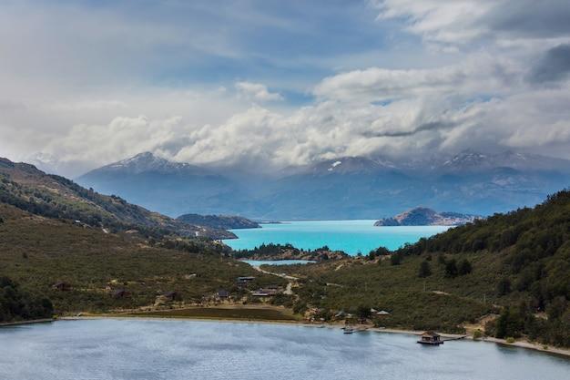 Le belle montagne abbelliscono lungo la strada sterrata carretera austral nella patagonia meridionale, chile