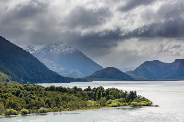 Bellissimo paesaggio di montagne lungo la strada sterrata carretera austral nella patagonia meridionale, cile