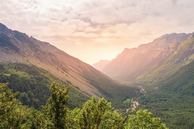 Bellissimo paesaggio di montagne durante il tramonto una vista panoramica di un cielo colorato sopra le montagne