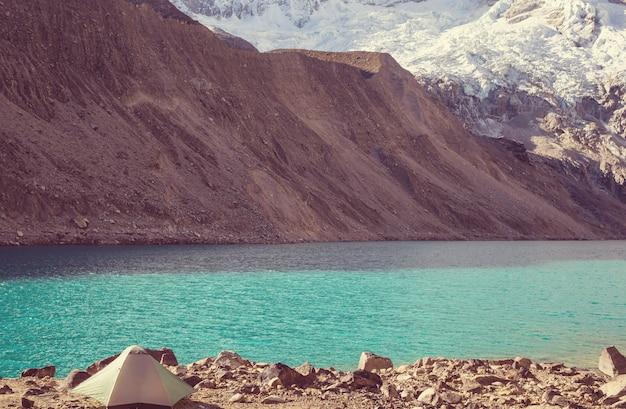 Bellissimi paesaggi di montagne nella cordillera huayhuash, perù, sud america