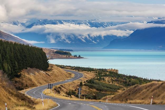 Bella strada delle montagne in nuova zelanda