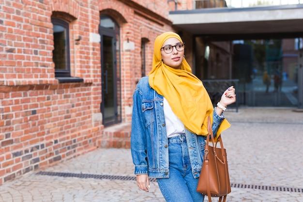 Bella donna musulmana che indossa l'hijab giallo
