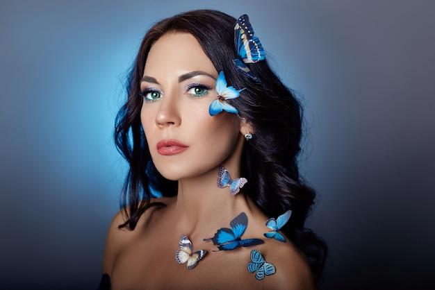 Bella donna misteriosa con le farfalle