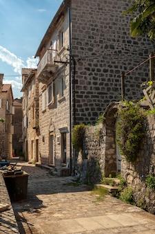 Bella strada stretta dell'antica città di perast, montenegro