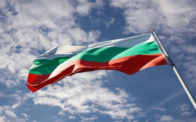 Bella bandiera nazionale dello stato della bulgaria che fluttua al fondo del cielo.